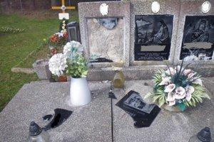 Spúšť. Na cintoríne vo Vyšnom Hrušove ju po sebe zanechal 24-ročný Peter.