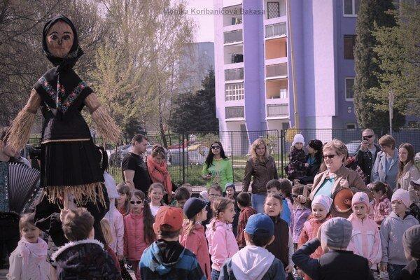 Morena. Deti sa zhromaždili na školskom dvore.