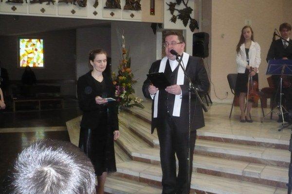 Požehnanie CD. Dekan Allan Tomáš a vedúca Spojeného mládežníckeho zboru Iveta  Haburajová.