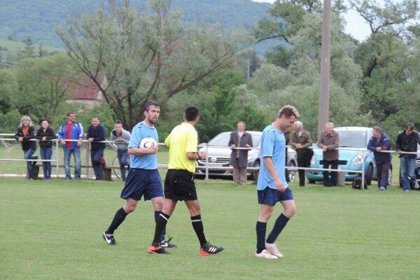 Hrajúci tréner. Michal Paraska (s loptou) sa pričinil k divokému výsledku aj dvoma gólmi.