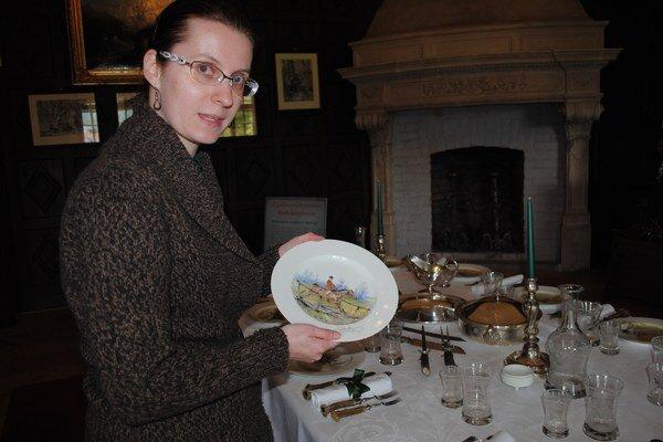 Porcelánové taniere. Boli na nich vyobrazení účastníci poľovačky, hovorí historička Zuzana Dzimková.