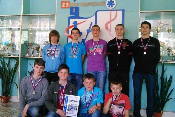 Strieborní. ZŠ SNP 1 Humenné skončila vo volejbale chlapcov v krajskom finále druhá.