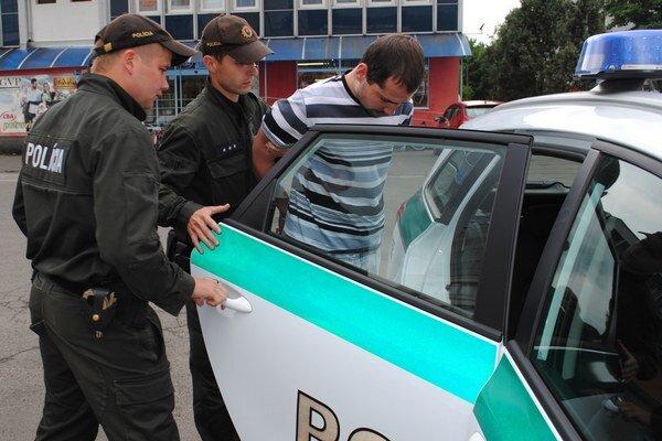 Mladíka zo súdu policajti odviezli za mreže.