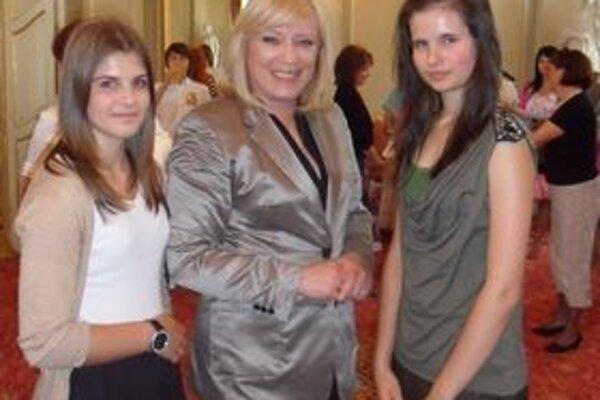 Premiérka si našla čas na mladých redaktorov - Nikoletu Taňkošovú (vpravo) a Natáliu Kotěšovskú.