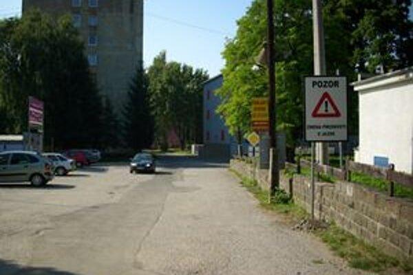 Gorkého vedľajšia, Sokolovská hlavná. Na túto zmenu upozorňuje širokú motoristickú verejnosť nové dopravné značenie.
