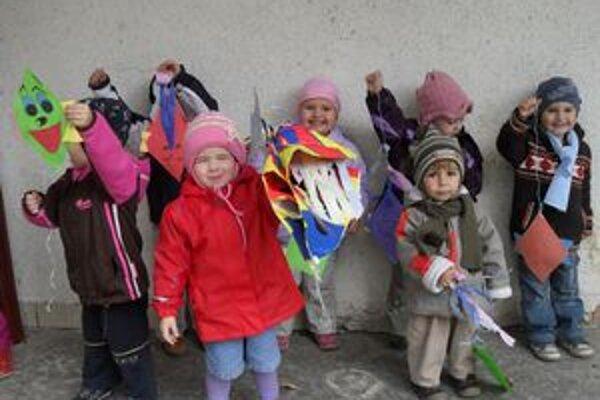 Deti z 1. triedy si šarkany vyrábali samy.