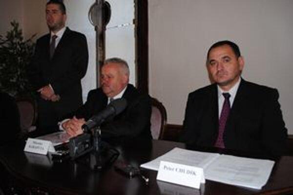 Zhodli sa. O výsledkoch rokovania informovali Miroslav Karapyta, maršálek Podkarpatského vojvodstva (vľavo) a Peter Chudík, predseda Prešovského samosprávneho kraja.