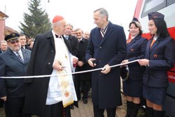 Strihanie pásky. Slávnostný akt mali na starosti Jozef kardinál Tomko a minister dopravy Ján Figeľ.