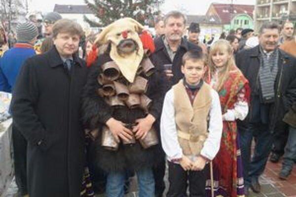 Medzi koledníkmi. Ján Katkovčin, starosta Jasenova (zľava), Miroslav Šulák, poslanec obecného zastupiteľstva, a hostiteľ Mykhailo Danyliuk.