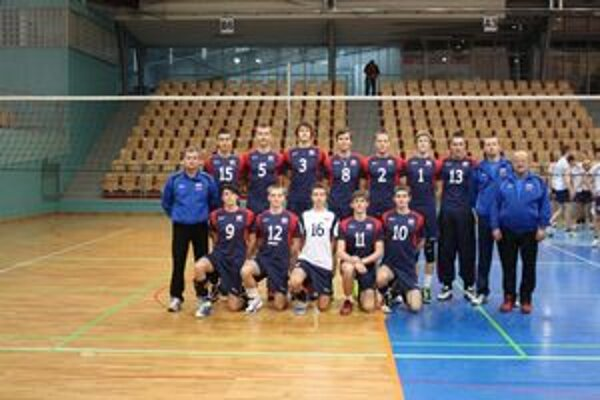 Kadeti v Maribore. V hornom rade Marián Feduš (č. 8), Marek Meriač (druhý sprava), v pokľaku Daniel Urban (č. 9) a Pavol Nemec (č. 12).