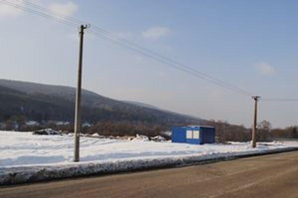 Pre nízke teploty nemôžu stavbári pokračovať v práci. Na prelome marca a apríla by mali dokončiť infraštruktúru.
