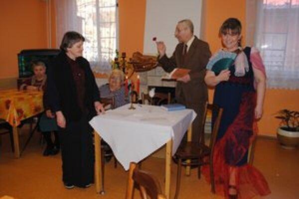Ako v divadle. Slávne Puškinovo dielo jeho hlavní aktéri zahrali: (zľava) Marta Žegorjaková, Tatianina ňaňa, Iryna Hajdučková, Tatiana a Andrej Sivčo, Onegin i rozprávač.