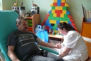 Stonásobný darca Mikuláš Gombár. Prišiel podporiť humánnu akciu.