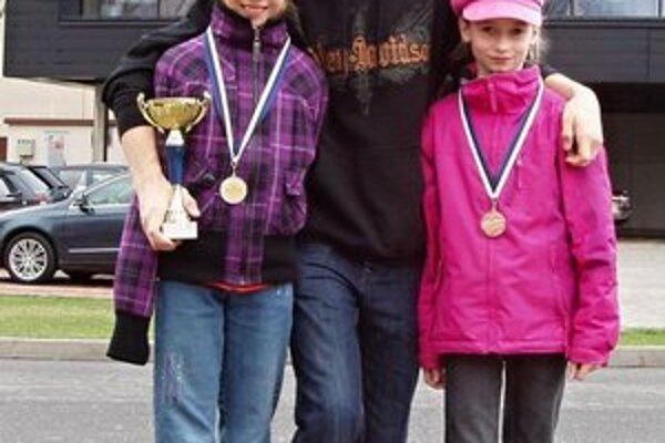 Medzi najlepšími. Plaveckí chemesáci (zľava) Lenka Melničáková (striebro), Martin Babjak (bronz) a Lea Diničová (dvakrát bronz).