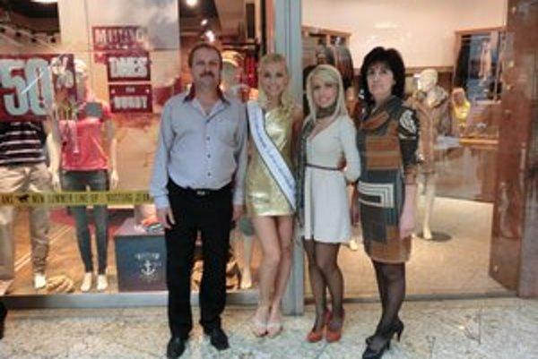 Fotenie v obchodnom centre. S rodičmi a sestrou.