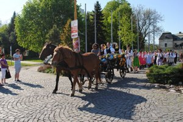Pozvánka. Folkloristi pozývali Humenčanov na stavanie mája na voze.