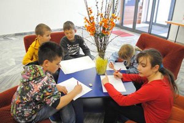 Krtka nakreslili. Niektorí kamenickí školáci sa nechali Krtkom inšpirovať priamo v knižnici.