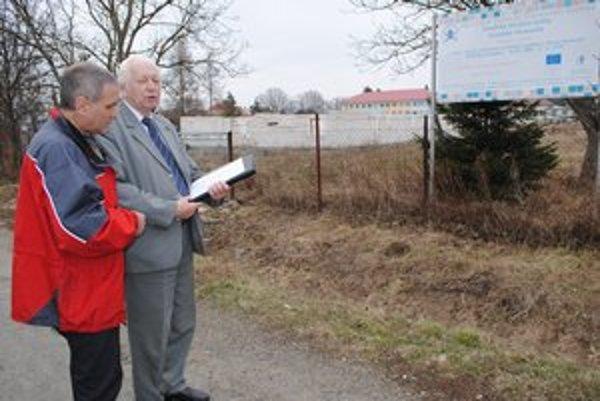 Chcú vedieť, čo ďalej. Podľa A. Nováka a poslanca P. Polačka (vľavo) sa rozostavaná stavba znehodnotí.