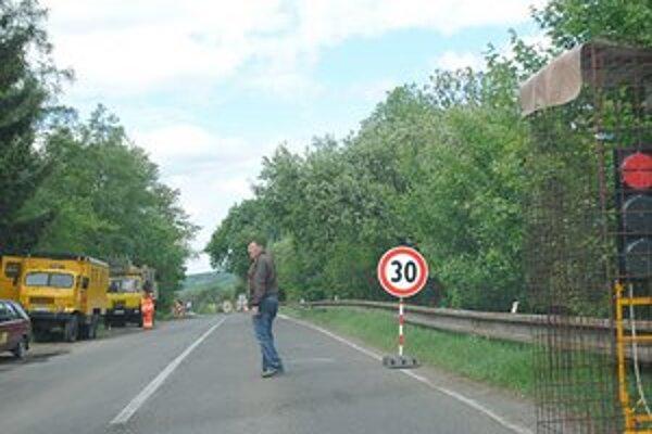 Cesta I. triedy. Tesne pred Sninou v smere od Belej nad Cirochou opravujú priepust. Rátajte s čakaním.