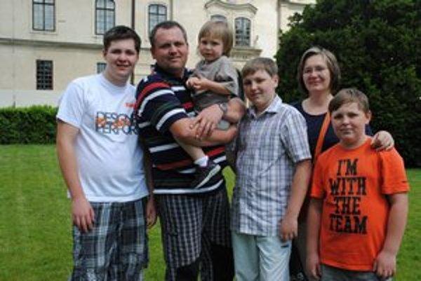 Rodina Mocákovcov. Deti Richard (zľava), Ondrej, Jozef a Viliam s rodičmi.