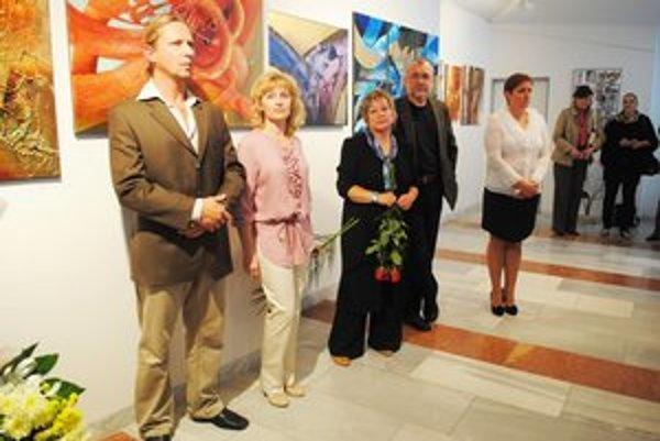 Na vernisáži výstavy Traja za jedného. Martin Horečný (zľava), Drahoslava Zalaiová, Marta Birková, sochárova manželka, a Igor Hanák.