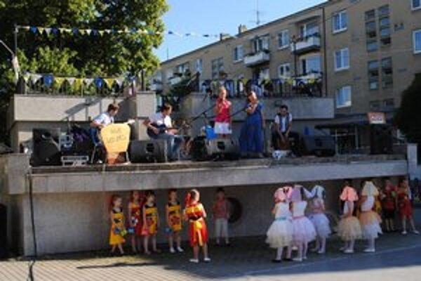 Via Arto. Žiaci Súkromnej ZUŠ hrali, spievali a tancovali.