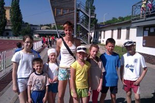 S reprezentantkou. Jana Velďáková a mladí atléti ZŠ Hrnčiarska.