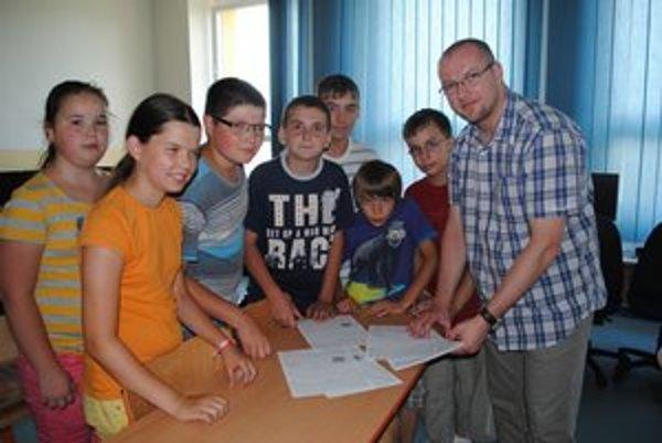 Ján Andrejčík a jeho piataci. Vysvedčenie videli žiaci zatiaľ len z rubovej strany.