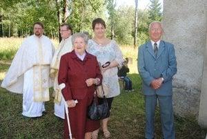 Rodáci a ich potomkovia. Na odpustovú slávnosť prišla pani Anna Slováková s vnučkou Aničkou aj Milan Onufer.