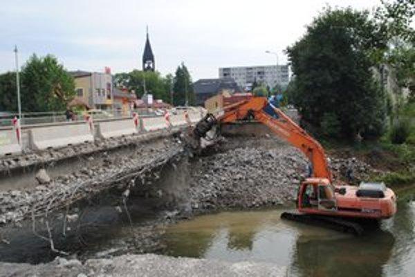Je fuč. Pravá strana mosta, na ktorej nastal havarijný stav, je už minulosťou.