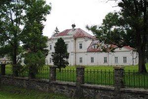 Kaštieľ. Krásna budova v Kamenici nad Cirochou je už roky v zlom technickom stave.
