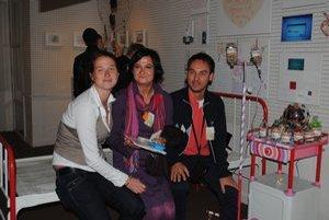 Eva Tkáčiková (v strede). Na vernisáži výstavy Heart.