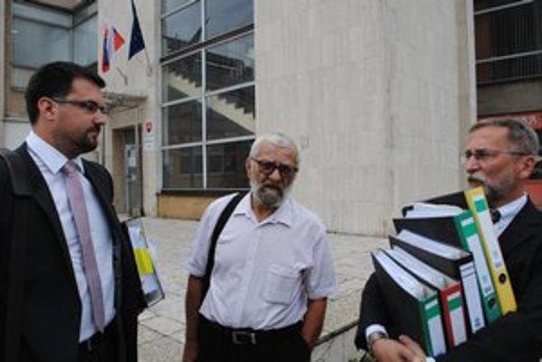 Zažaloval mesto. Jozef Jančok (v strede) si súdnou cestou vymáha tisícky eur od mesta Snina. Je presvedčený, že je v práve. Mesto tvrdí opak.