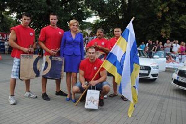 Pätica Humenčanov s primátorkou Janou Vaľovou. Víťaz David Gaľan so zástavou.