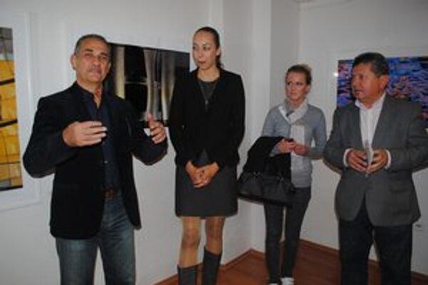 Hessam a Oslava svetla. V Humennom vystavuje iránsky umelecký fotograf (vľavo).
