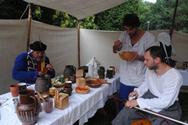 Pri jedle. Uhorský hajduk Marián Kapinos (vľavo) práve dojedá hovädzie.