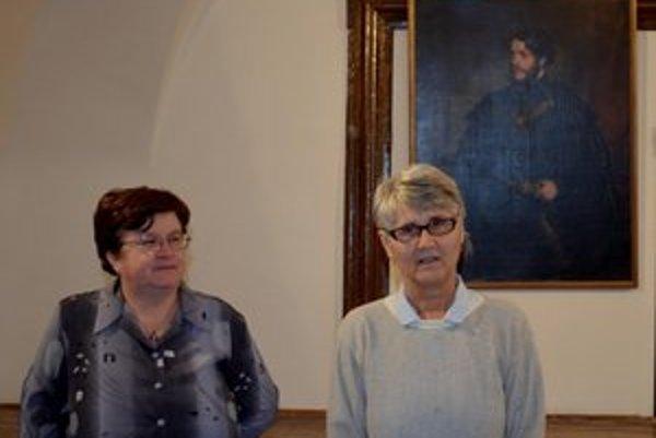 I. Strakošová (vľavo) a V. Csontosová. V pozadí portrét Aladára Andrássyho.