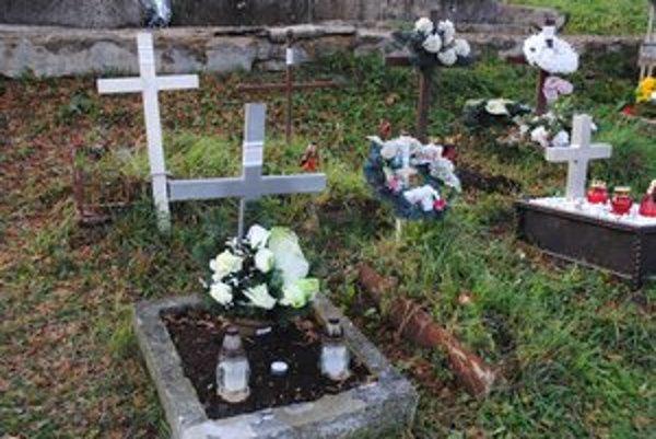 Onálepkované. Najviac neznámych hrobov je medzi detskými.