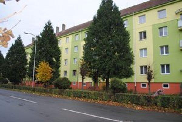 V tejto bytovke na Študentskej ulici našli 13. mája telo zavraždenej Moniky Lukáčovej. Polícia po polročnom vyšetrovaní podala návrh na podanie obžaloby.