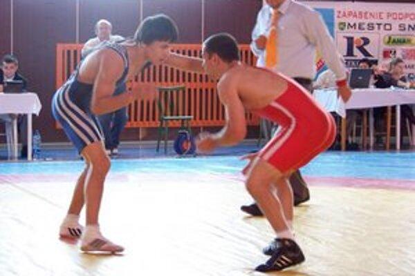 Opäť majster. Mykola Bolotnyuk (vľavo) nemá vo váhe do 60 kg na slovenských voľnoštýliarskych žinenkách konkurenciu.