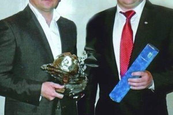 """Srdce"" zápasníkom. Ocenenie pre ZK Vihorlat Snina prebrali Jaroslav Zaremba (prezident ZK Vihorlat Snina, vľavo) a Erik Cap (manažér klubu)."