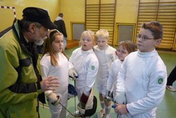 Minižiaci počúvajú rady trénera Kazíka.