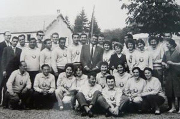 Folklórny súbor Strážčan. Chemici propagovali slovenský folklór aj v zahraničí.