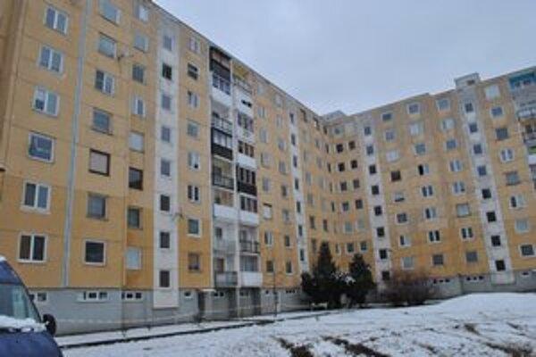 Bytovka na Košickej ulici. V byte na 7. poschodí našli policajti Michalovu dobodanú matku.