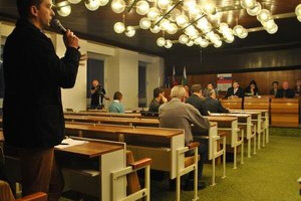 Riaditeľ. Evald Štofík obhajoval pred poslancami svoju požiadavku na dofinancovanie opráv v škole.