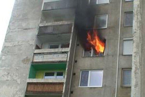 Plamene šľahali až k bytu na piatom poschodí.