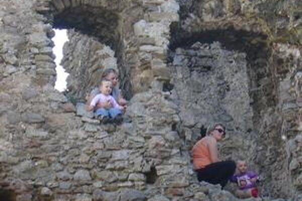Supermamy. Deti na hradný kopec vytlačili v kočíkoch