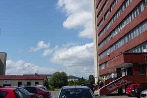 Vedenie nemocnice chce na tomto mieste rampu a jedno euro za každé auto, ktoré ňou prejde.