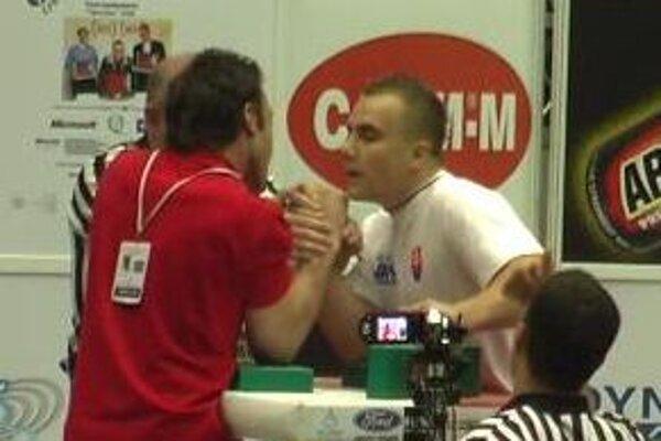 Erik Lelák v zápase s Turkom Kemalom Ziriltionom, ktorého nepremohol ľavačkou ani pravačkou.