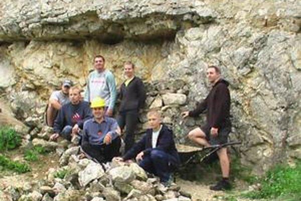 Dobrovoľníci. Na Brekovskom hrade opravujú poškodené hradné murivo.